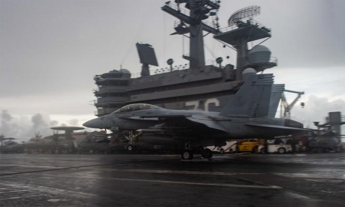 Tiêm kích F/A-18F hạ cánh xuống tàu sân bay USS Ronald Reagan tại Biển Đông ngày 14/6. Ảnh: US Navy.