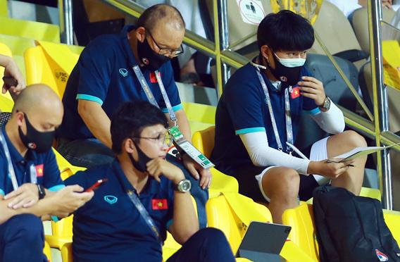 HLV Park Hang-seo theo dõi trận Australia - Jordan khi Việt Nam đang đá hiệp 1 trận gặp UAE. Ảnh: Lâm Thoả.