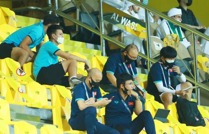 HLV Park Hang-seo dùng máy tính bảng xem trận đấu giữa Australia và Jordan.