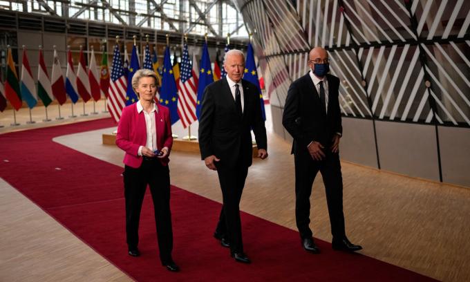 Chủ tịch Ủy ban châu Âu Ursula von der Leyen, Tổng thống Joe Biden và Chủ tịch Hội đồng châu Âu Charles Michel, từ trái qua phải, tại tòa nhà Europa ở Brussels hôm 15/6. Ảnh: AP.