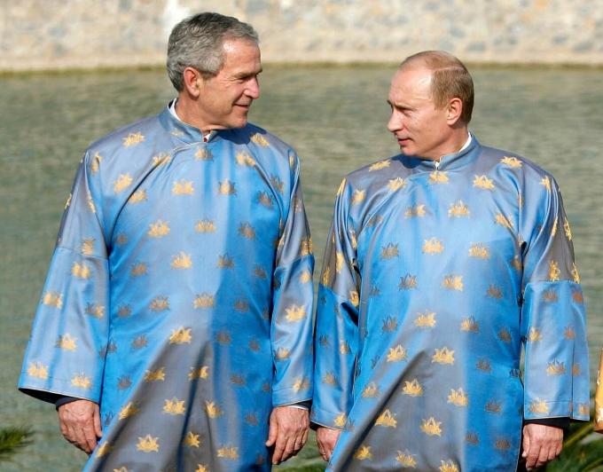 Tổng thống Putin (phải) và Tổng thống George W. Bush tại hội nghị APEC ở Hà Nội năm 2006. Ảnh: Reuters.