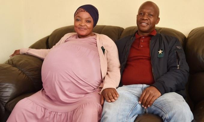 Gosiame Sithole và chồng Teboho Tsotetsi chụp ảnh lưu niệm tháng trước. Ảnh: ANA.