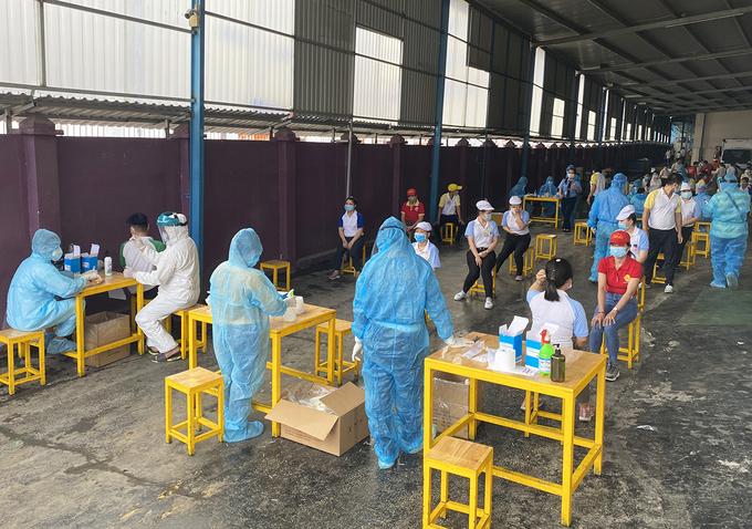 Công nhân Công ty Solen ở Khu chế xuất Tân Thuận, quận 7, được lấy mẫu, sáng 3/6. Ảnh: An Phương