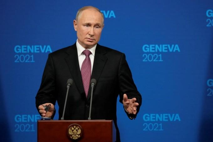 Tổng thống Nga Putin trong cuộc họp báo tại Geneva ngày 16/6. Ảnh: AFP.