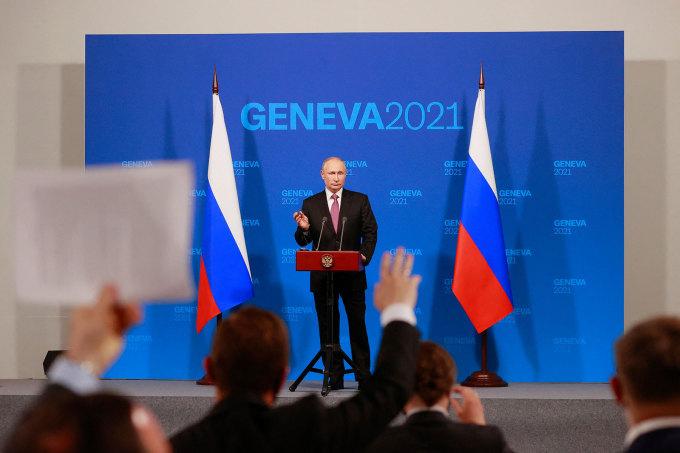 Putin và các phóng viên trong cuộc họp báo tại Geneva ngày 16/6. Ảnh: AP.