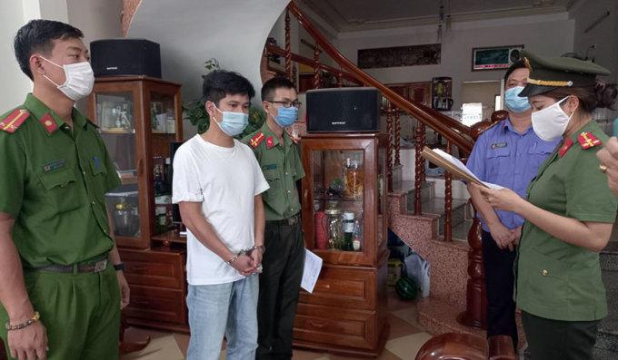 Công an đọc lệnh bắt giam Trần Thanh Sơn. Ảnh: Bảo Nam.