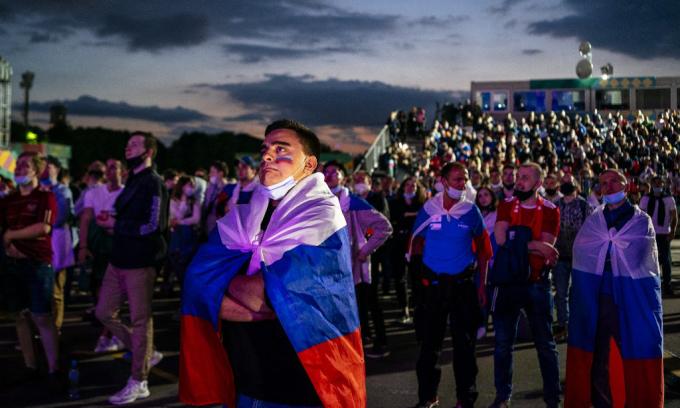 Các cổ động viên tại khu vực dành cho người hâm mộ ở Moskva xem trận đấu giữa Bỉ và Nga, trong khuôn khổ Euro 2020, hôm 13/6. Ảnh: AFP.