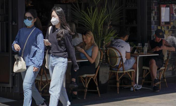 Người dân ngồi ngoài trời tại một nhà hàng ở London, Anh, hôm 14/6. Ảnh: AP.