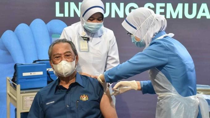 Thủ tướng Malaysia Muhyiddin Yassin tiêm vaccine Covid-19 hồi tháng hai. Ảnh: Reuters.