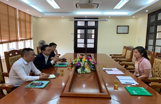 Bà Trần Huyền Trang (phải) tại cuộc làm việc giữa Trung tâm Nghiên cứu, xúc tiến đầu tư và hỗ trợ doanh nghiệp tỉnh Vĩnh Phúc với đại diện Phòng Thương mại và Công nghiệp Hàn Quốc, tháng 7/2020. Ảnh: Sở KHĐTVP