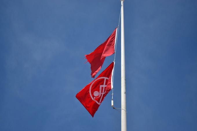 Chính quyền địa phương treo cờ đỏ kép cảnh báo người đi biển. Ảnh: South Walton Fire District.