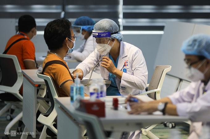 Tiêm vaccine Covid -19 cho công nhân tại khu công nghệ cao (TP Thủ Đức) ngày 19/6, khởi động chiến dịch tiêm chủng lớn nhất TP HCM. Ảnh: Quỳnh Trần