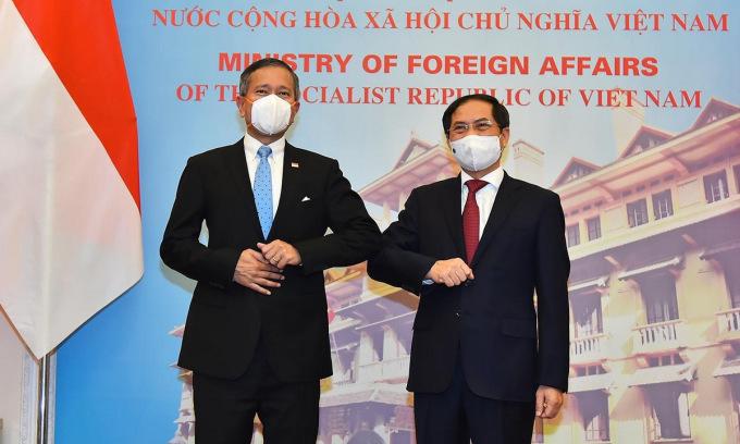 Ngoại  trưởng Balakrishnan (trái) và Bộ trưởng Bùi Thanh Sơn trong cuộc gặp ngày 21/6. Ảnh: Báo Quốc tế.