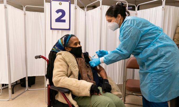 Một điểm tiêm chủng ở Newark, bang New Jersey tháng trước. Ảnh: NYTimes.