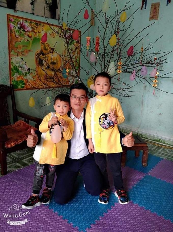 Bé Nông Gia Huy (bên phải) và bé Nồng Gia Bảo (bên trái) chụp ảnh cùng bố.