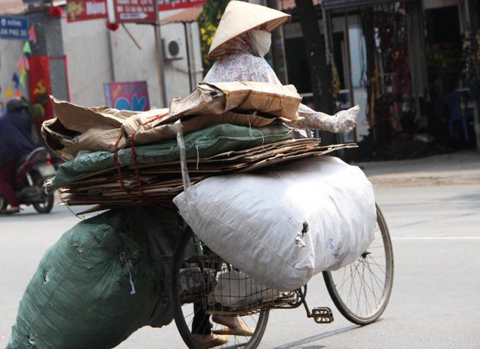 Người thu gom phế liệu thuộc nhóm được hỗ trợ trong gói 230 tỷ đồng. Ảnh: Nguyễn Nga.