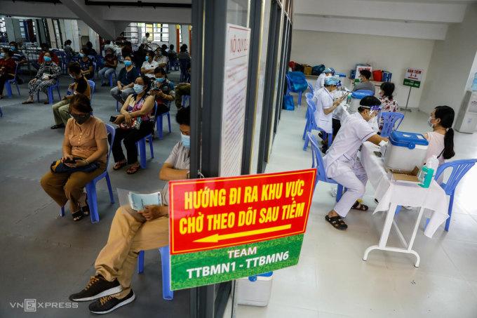 Người dân TP HCM theo dõi sau tiêm, tháng 6/2021. Ảnh: Hữu Khoa