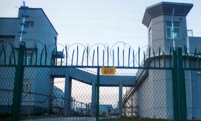 Hàng rào bên ngoài cơ sở bị cáo buộc là trại cải huấn dành cho người Duy Ngô Nhĩ ở Tân Cương, Trung Quốc. Ảnh: Reuters.