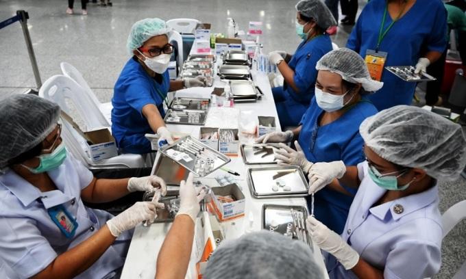 Nhân viên y tế Thái Lan chuẩn bị các liều tiêm vaccine Covid-19 tại Bangkok hôm 22/6. Ảnh: AFP.