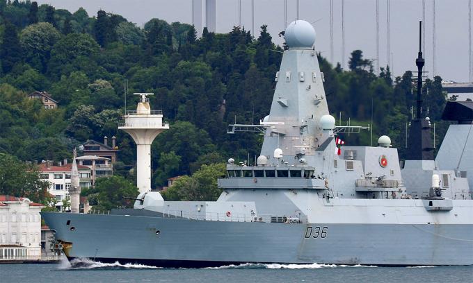 Khu trục hạm HMS Defender di chuyển qua eo biển Bosphorus ngày 9/6. Ảnh: Reuters.