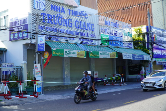 Nhà thuốc Trường Giang trên đường Nguyễn Hội, TP Phan Thiết, cũng bị phong tỏa. Ảnh: Việt Quốc.