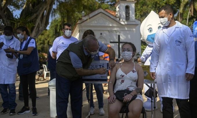 Bộ trưởng Y tế Brazil Marcelo Queiroga tiêm vaccine  AstraZeneca cho người dân ở Rio de Janeiro hôm 20/6. Ảnh: AFP.