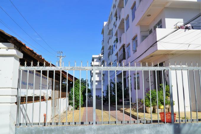 Chung cư Văn Thánh (TP Phan Thiết), nơi nữ bác sĩ lưu trú mấy ngày qua, hiện đã bị phong tỏa. Ảnh: Việt Quốc