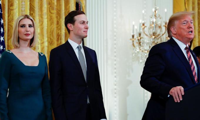 Cựu tổng thống Mỹ Donald Trump (phải) và vợ chồng Ivanka – Jared Kushner tại Nhà Trắng hồi tháng 12/2019. Ảnh: Reuters.