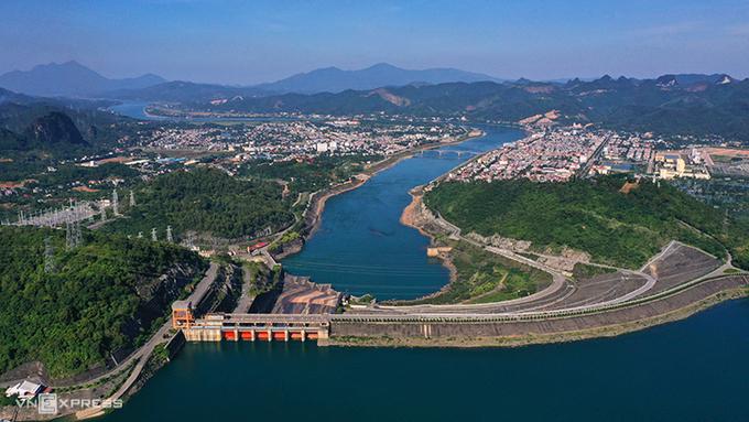 Đập thủy điện Hòa Bình cao 128 m, xây dựng trong 9 năm (1981 - 1990). Nền đập được xử lý bằng màn chống thấm. Ảnh:Ngọc Thành.