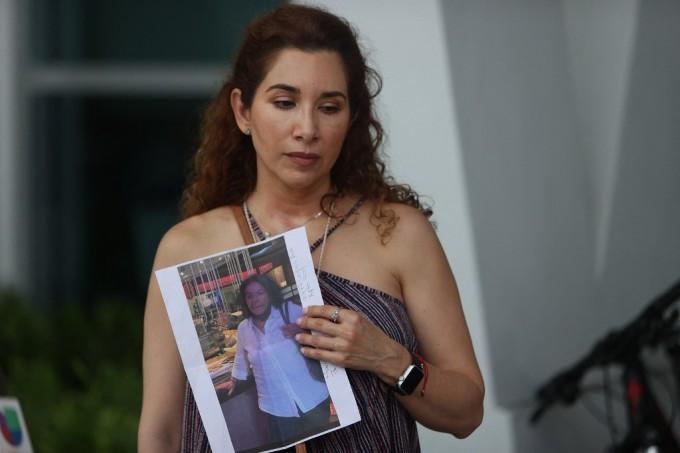 Luz Marina cầm ảnh của dì, bà Marina Azen, người mất tích sau vụ sập chung cư 12 tầng ở Surfside, Florida hôm 24/6. Ảnh: AFP.