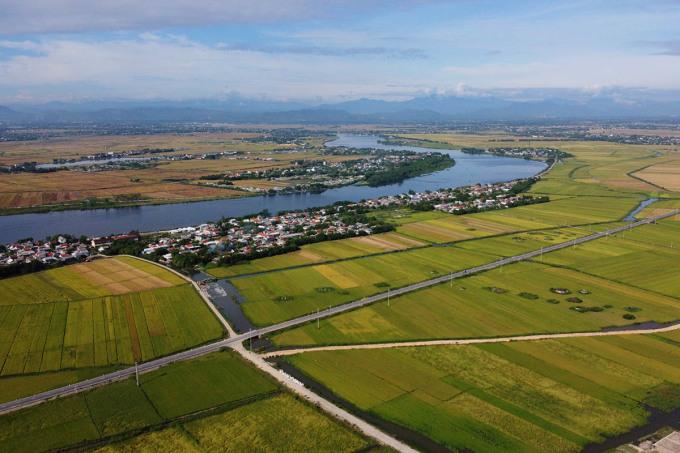 Thành phố Huế mở rộng ôm trọn dòng sông Hương từ thượng nguồn về hạ nguồn. Ảnh: Võ Thạnh
