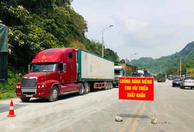 Xe chở vải thiều xuất khẩu được đi luồng ưu tiên.Ảnh: Thế Phương