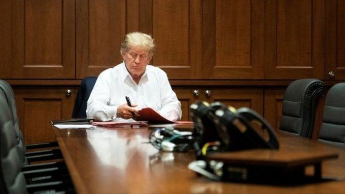 Trump ngồi tại bàn làm việc ở bệnh viện Walter Reed ngày 3/10/2020. Ảnh: AFP.