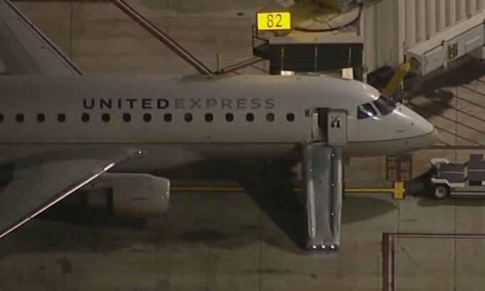 Máy bay của United Express quay lại khu vực cổng sau sự cố tối 25/6. Ảnh: ABC.
