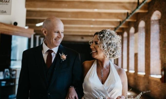 Chồng mắc bệnh mất trí nhớ cầu hôn vợ lần nữa