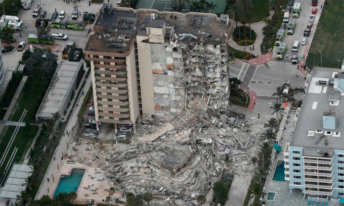 Hiện trường vụ sập chung cư 12 tầng tại thị trấn Surfside thuộc bang Florida của Mỹ ngày 24/6. Ảnh: AP.