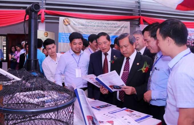 Thứ trưởng Khoa học và Công nghệ Trần Văn Tùng (thứ ba từ trái qua) và lãnh đạo Bộ Khoa học và Công nghệ Lào thăm khu trình diễn và giới thiệu công nghệ của hai nước Việt Nam - Lào năm 2018. Ảnh: TTTT.
