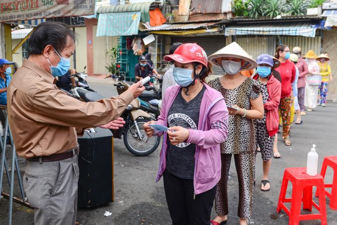 Người dân đi chợ bằng thẻ tại chợ Bình Thới (quận 11) để chống dịch Covid-19, ngày 26/6/2021. Ảnh: Quỳnh Trần
