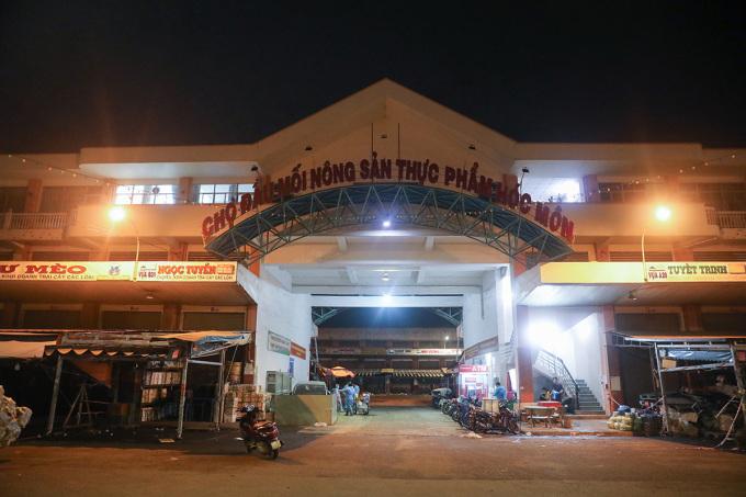 Chợ đầu mối Hóc Môn trước thời điểm ngưng tập kết hàng trực tiếp, tối 27/6. Ảnh: Quỳnh Trần.