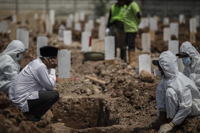 Kiệt sức vì chôn cất nạn nhân Covid-19 ở Indonesia