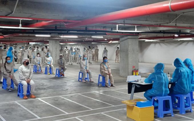 Nhân viên y tế xét nghiệm cho công nhân viên nhà máy Nipro Việt Nam. Ảnh: An Phương.