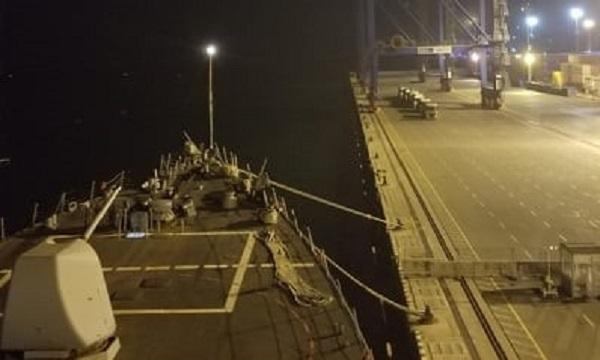 Tàu chiến Mỹ 'áp sát' Crimea dù đang nằm cảng