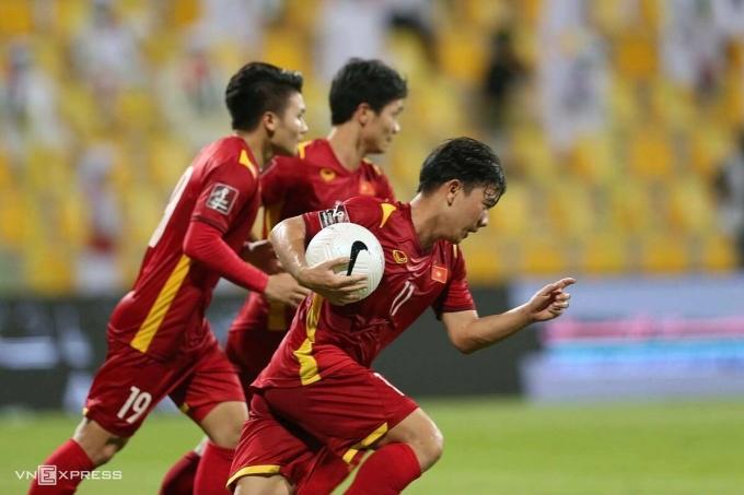 Minh Vương ôm bóng chạy về vạch giữa sân, sau khi ghi bàn rút ngắn tỷ số xuống 2-3 cho Việt Nam ở trận đấu UAE tại vòng loại thứ hai World Cup 2022 - khu vực châu Á. Ảnh: Lâm Thoả.