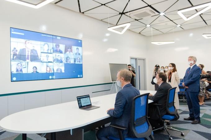 Ông Gareth Ward và ông Greg Hands ghé thăm phòng học công nghệ, phòng ghi hình chuyển động, phòng thực hành dịch vụ nhà hàng, giảng đường lớn...