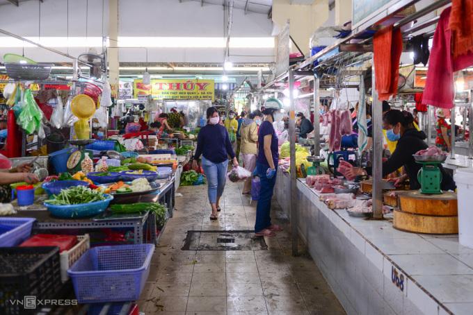 Người dân mua hàng tại một chợ truyền thống tại TP HCM. Ảnh: Quỳnh Trần.