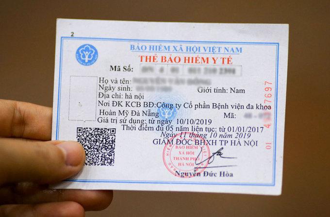 Dùng thẻ BHYT giấy vẫn là một trong các hình thức đi khám chữa bệnh hiện nay. Ảnh: Nguyễn Đông