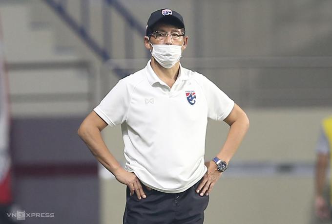 HLV Akira Nishino đứng thất thần khi Thái Lan để Indonesia cầm chân 2-2 ngày 3/6. Ảnh: Lâm Thoả