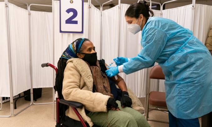 Chuyên gia gọi người chưa tiêm vaccine là 'nhà máy biến chủng'