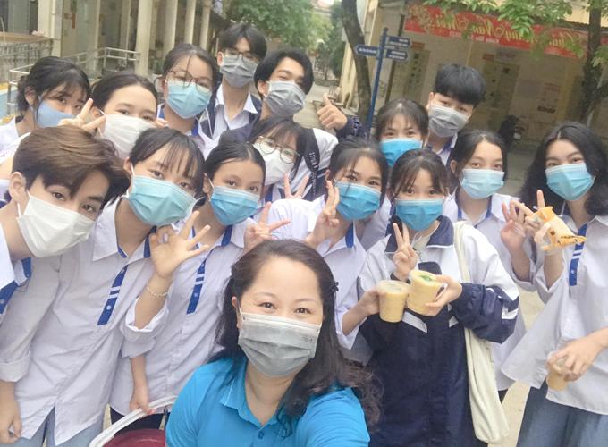 Cô Hà cùng học sinh lớp 11D do cô chủ nhiệm đi phát cháo từ thiện tại Trung tâm Y tế huyện Lương Sơn hồi tháng 4. Ảnh: NVCC.