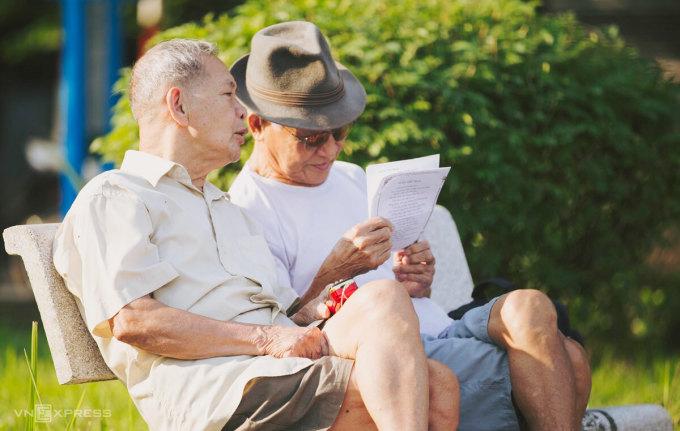 Người cao tuổi ngồi trò chuyện bên hồ Tây, những ngày chưa Covid-19. Ảnh: Đình Tùng